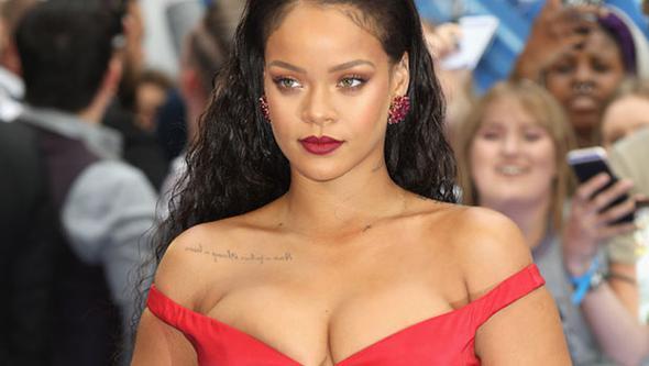 Dünya Rihanna'nın dekoltesine kilitlendi