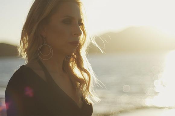 Zeynep Casalini'den Yepyeni Bir Şarkı: 'Köprüler'